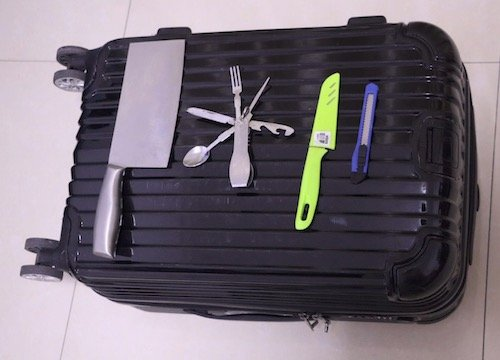 The picture shows different knives that are forbidden in hand luggage in the us.